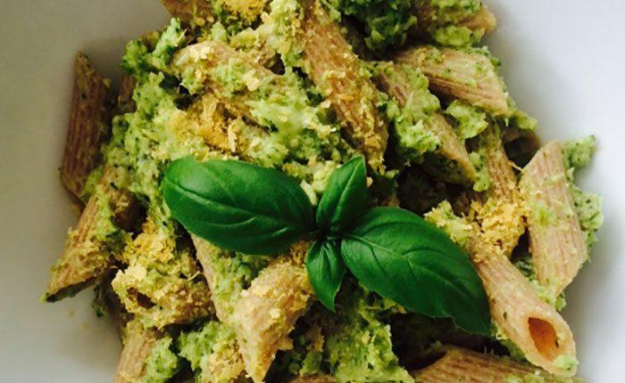 Brokkolis tollhegy tészta, diós pesztóval