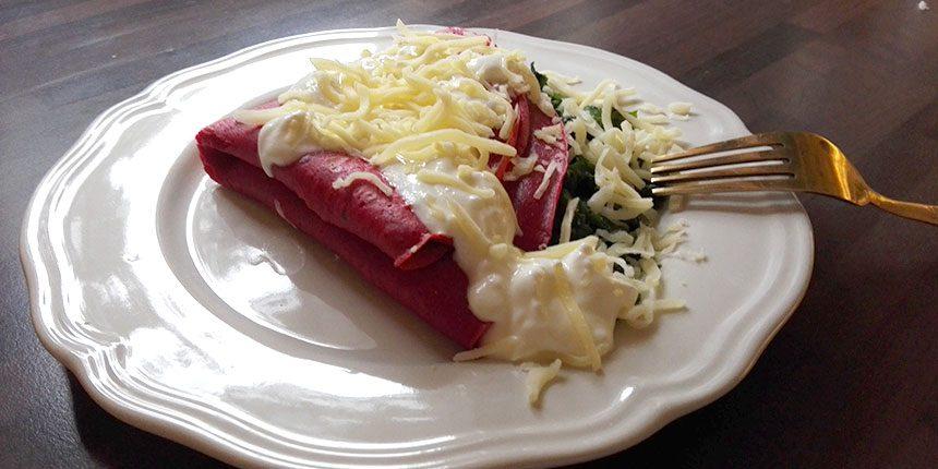 Céklás palacsinta spenóttal és reszelt sajttal